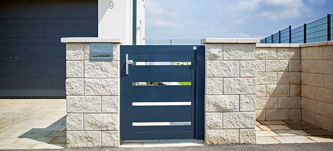 Gartentore aus Aluminium gibt es in verschiedenen Farben und fügen sich in den individuellen Stil des Hauses ein. Foto: HLC/GUARDI