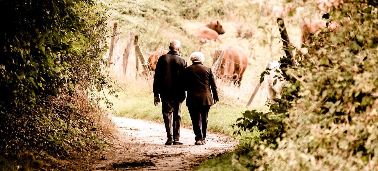 Ein Seniorenhandy mit Notruf begleitet uns auf allen Wegen und sorgt für das Plus an Sicherheit