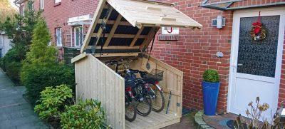 Miniport öffne dich: Einfach die Vorderklappe anheben und schon können wir die Räder ohne lästiges Bücken hinein- und hinausschieben. Foto: HLC / die-zweiradgarage