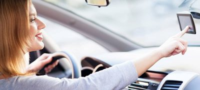 Zur Benutzung von Navigationsgeräten und Telefonen am Steuer gibt es sehr strenge Vorschriften.