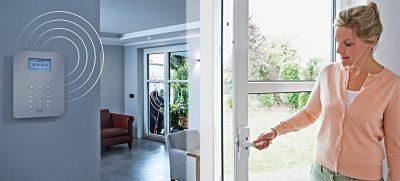 Kein Zutritt für Einbrecher: Mechatronisch gesicherte Türen und Fenster setzen dem Täter einen Widerstand von über einer Tonne entgegen und holen Hilfe.