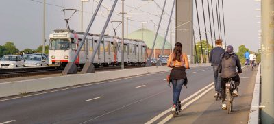Aufreger oder viel Lärm um nichts? E-Scooter sollen den Verkehr umweltfreundlich entlasten und gelten als Zeichen moderner Mobilität – trotzdem sorgen sie täglich für neue Schlagzeilen. Foto: djd / Roland-Rechtsschutz-Versicherungs-AG / Peeradon – stock.adobe.com
