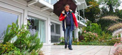 In der nasskalten Jahreszeit können Bodenbeläge auf der Terrasse sowie rund ums Haus spiegelglatt werden. Foto: djd / Supergrip Antirutsch