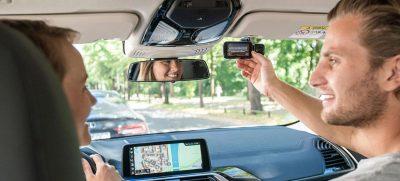 Eine Dashcam im Auto beruhigt und schafft Sicherheit. Nun gibt es bei einigen Kfz-Versicherern Rabatt, wenn wir eine Dashcam nutzen. Foto: djd / NEXTBASE