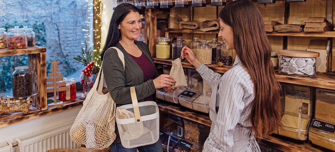 In vielen größeren Städten können Kunden ihre Lebensmittel in sogenannten Unverpackt-Läden einkaufen.