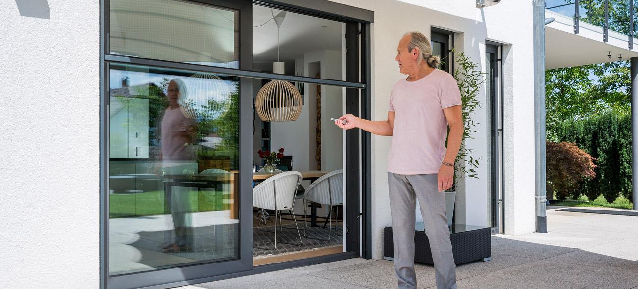 Insektenschutz-Schiebetür oder Insektenschutz-Rollo für Balkon und Terrasse